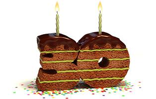 30 als Kuchen gebacken, mit grüner Creme, Schokoladenglasur und einer Kerze auf jeder Zahl.