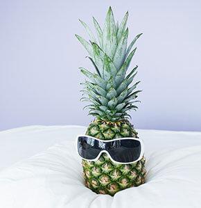 Ananas die eine Sonnenbille trägt