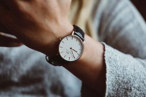 Armbanduhr an Frauen Handgelenk