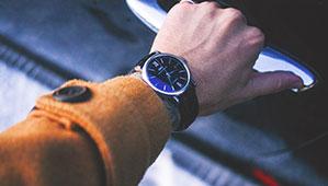 Männer Armbanduhr mit schwarzen Lederband und blau schimmerdem Ziffernblatt