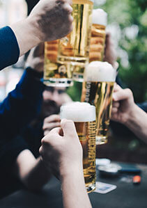 Bierkrüge stoßen an