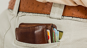 Brieftasche in der hinteren Hosentasche, Geld und Kreditkarten lugen hervor
