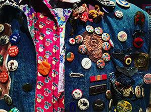 Auf Jeans Jacke verschiedene Buttons angebracht
