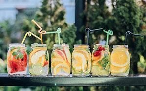 Verschiedene Drinks in einem Röhrchen