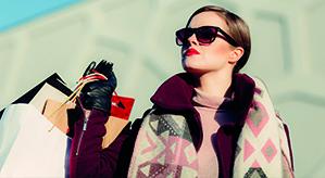 Eine Frau die mehrere Einkaufstaschen trägt