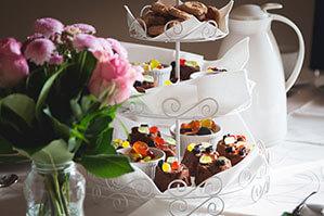 Muffins mit Schokolade und Gummibären verziert