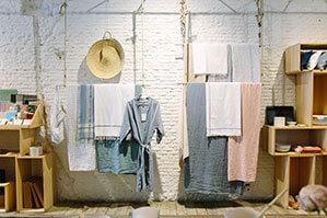Badezimmer mit Regalen und hängenden Handtüchern