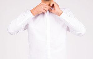 Mann mit weißem Hemd