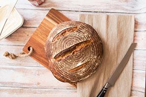 Zwei Holzbretter zum Brot schneiden