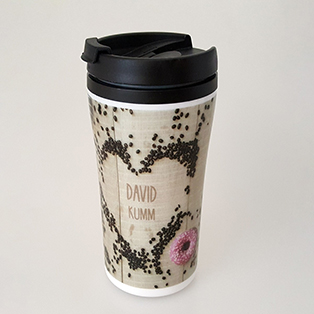 Thermobecher HotmAxx mit groflächigem Fotodruck und Einzenamen in einem herz-Motiv aus Kaffeebohnen