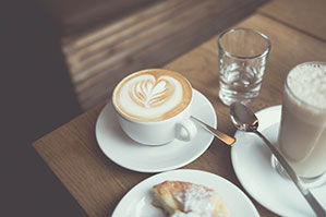 Frühstück mit Kaffee und Hörnchen