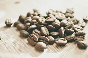 Kaffeebohnen auf Tisch ausgeschüttet