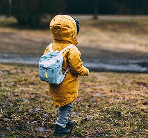 Kind mit Regenjacke und Mütze