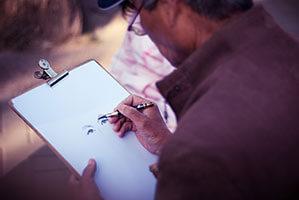 Zeichnung mit Augen auf Klemmbrett