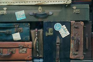 alte Koffer ordentlich aufeinander gestapelt