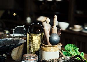 Arbeitsplatte mit Back- und Kochutensilien