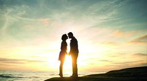 Pärchen küsst sich am Strand