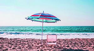 Liegestuhl ausgeklappt am Strand