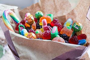 Tüte voll mit Süßigkeiten, Lollys und Gummibären