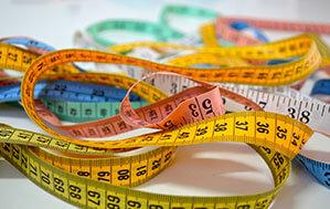 Maßbänder in verschiedenen Farben