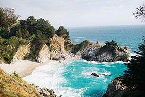 Felsen, Strand und türkis Farbenes Wasser