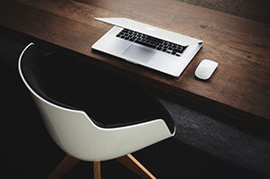 Schreibtisch mit Laptop und Mouse