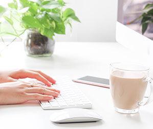 Computer-Mouse auf Schreibtisch neben Tastatur