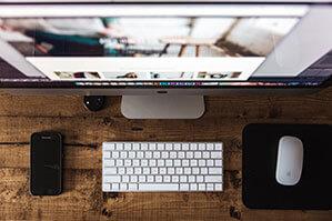 Schreibtisch mit Computer, Tastatur und Mouse