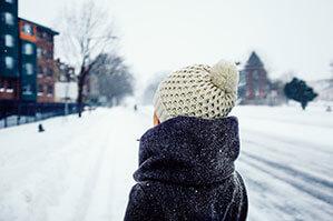 Weiße Mütze im Schnee