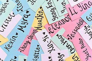 Viele verschiedene bunte Namensschilder