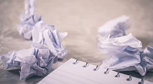 Papiermüll der auf dem Tisch herumliegt
