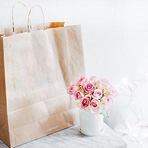 Papiertasche natur, Rosa Rosenblumenstrauß in weißer Vase