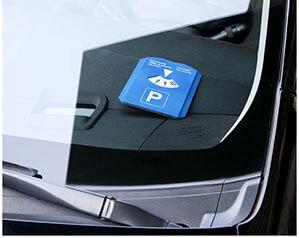 Blaue Parkscheibe liegt auf Auto Armatur
