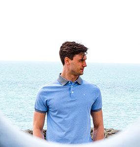Mann mit blauem Polo im Hintergrund