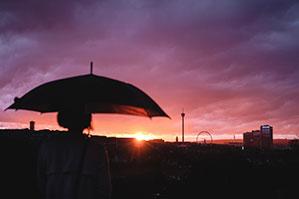 Großer Schirm im Sonnenaufgang
