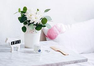 Rosa Schlafmaske auf Kopfkissen