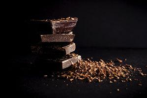Edle Schokolade aufgebrochen und gerastpelt