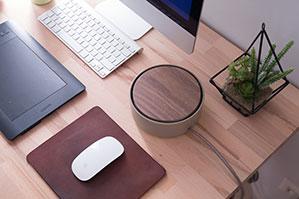 Schreibtisch mit PC, Tastatur, Mouse und Mousepad