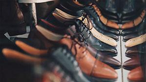 Schrank voll mit schicken Leder Schuhen
