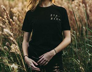 Frau mit schwarzem T-Shirt im Feld