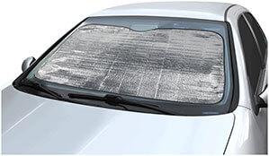 Auto Vordscheibe mit Sonnenschutz abgedeckt