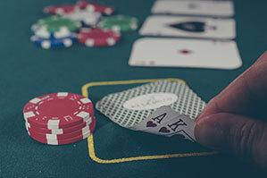 Pokerspielkarten auf einem Poker-Tisch