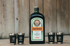 Jägermeister Flasche mit vier kleinen Spirituosengläser