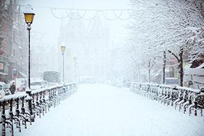 Voll beschneite Straße mit Straßenlaternen