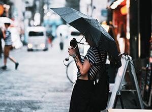Frau mit Taschenschirm