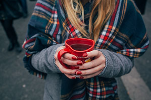 Wärmendes Getränk in roter Herz Tasse für die kalten Tage