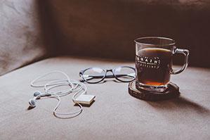 Glastasse mit Tee auf einem Untersetzer
