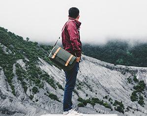 Mann in Berge mit Umhängetasche