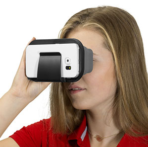 Eine Frau mit einen roten T-Shirt schaut durch eine Virtual-Reality Brille