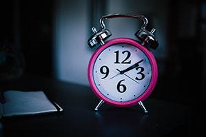 Wecker in Pink mit weißem Ziffernblatt
